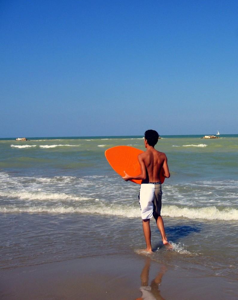 il giovane surfista