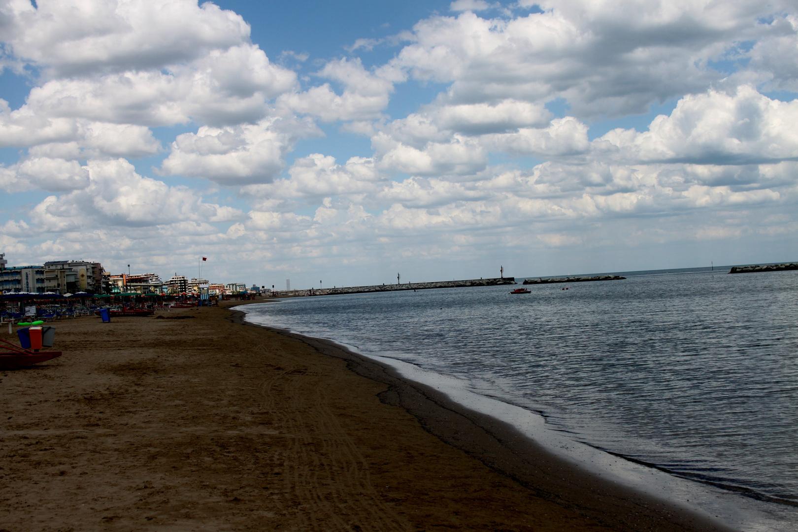 Il mare con le sue bellissime nuvole bianche foto for Foto bellissime