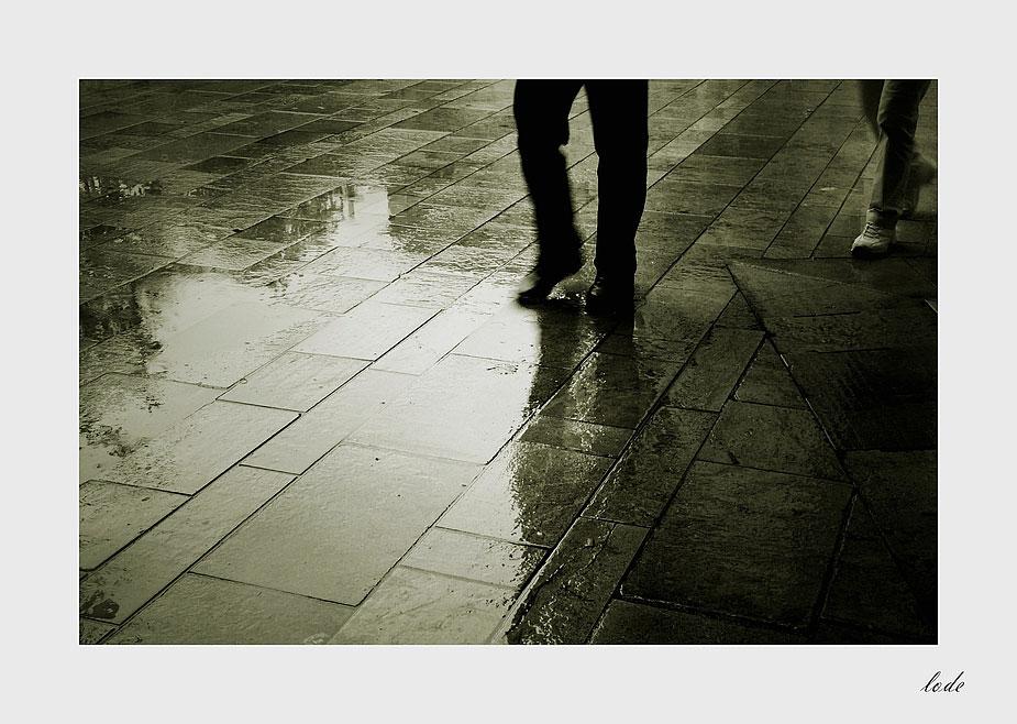 Il pleut(sur la ville)