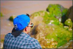Il ragazzo pensieroso davanti al mare