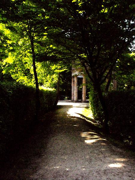 il sentiero che porta al tempio del parco ducale parma