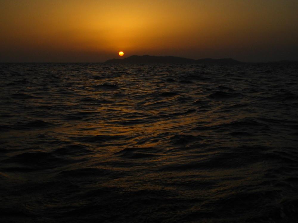 Il sole sparisce nel vortice della notte