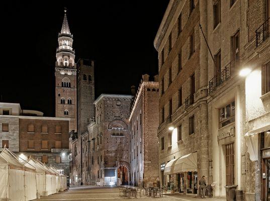 Il Torrazzo di Cremona da piazza Stradivari