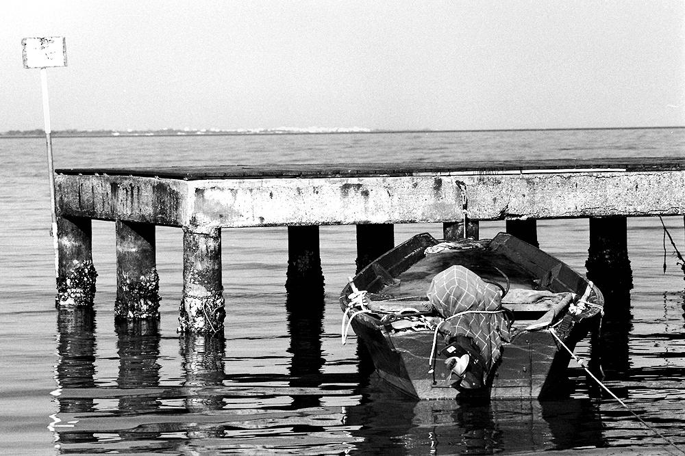 Il vecchio molo e la piccola barca