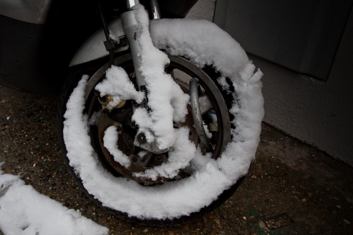 il y a roue enneigée....