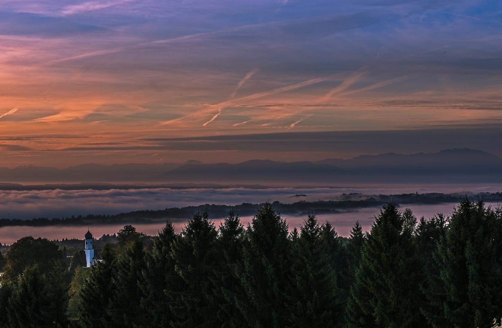 Ilkahöhe / Kirchlein St. Nikolaus  mit Blick auf den Alpenhauptkamm