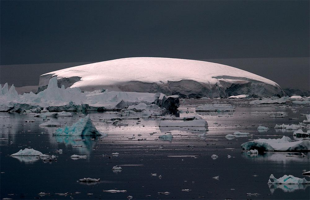 Ilot antarctique sous le soleil de minuit, pris depuis Le Diamant.