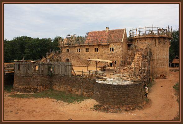 Ils bâtissent un château fort...
