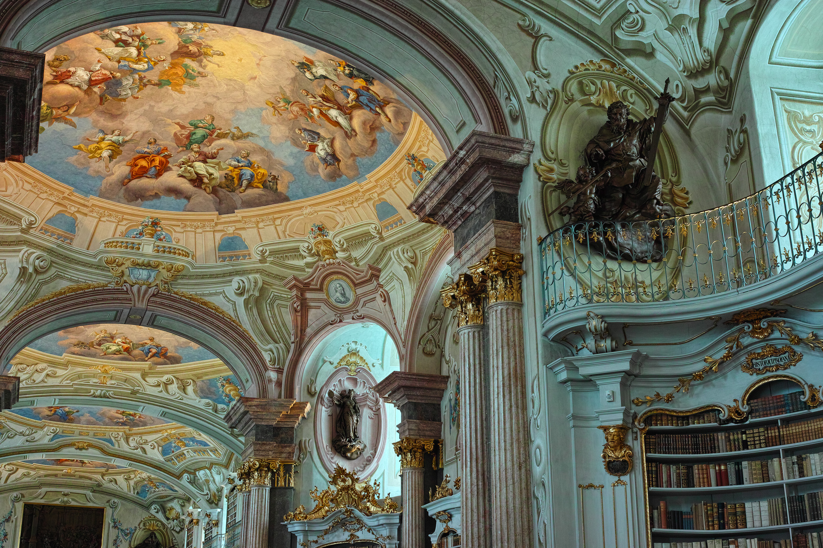 Im Bibliothekssaal der Stiftsbibliothek Admont