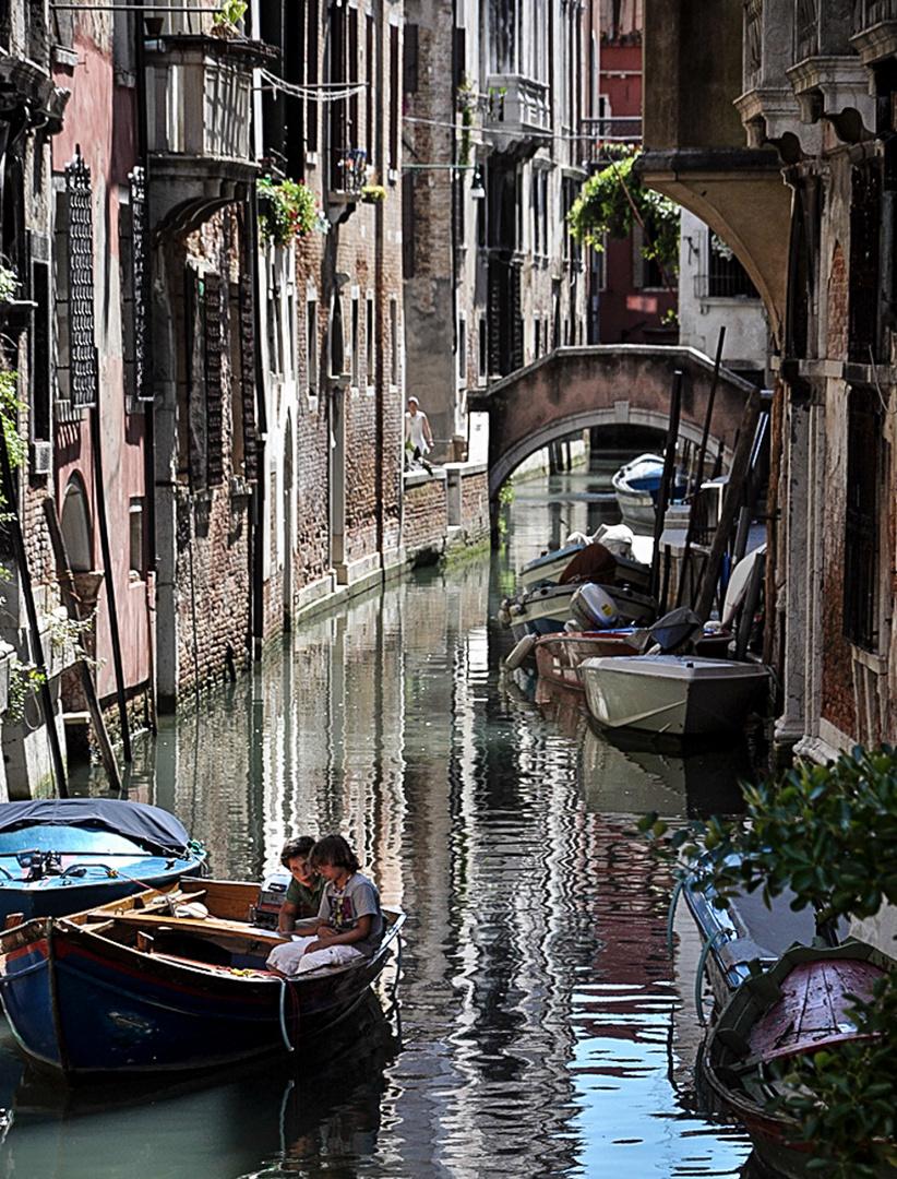 im Boot auf einem Kanal in Venedig