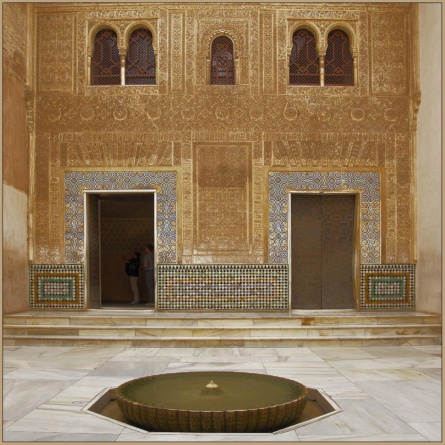 im eingangsbereich des nazridenpalstes - alhambra