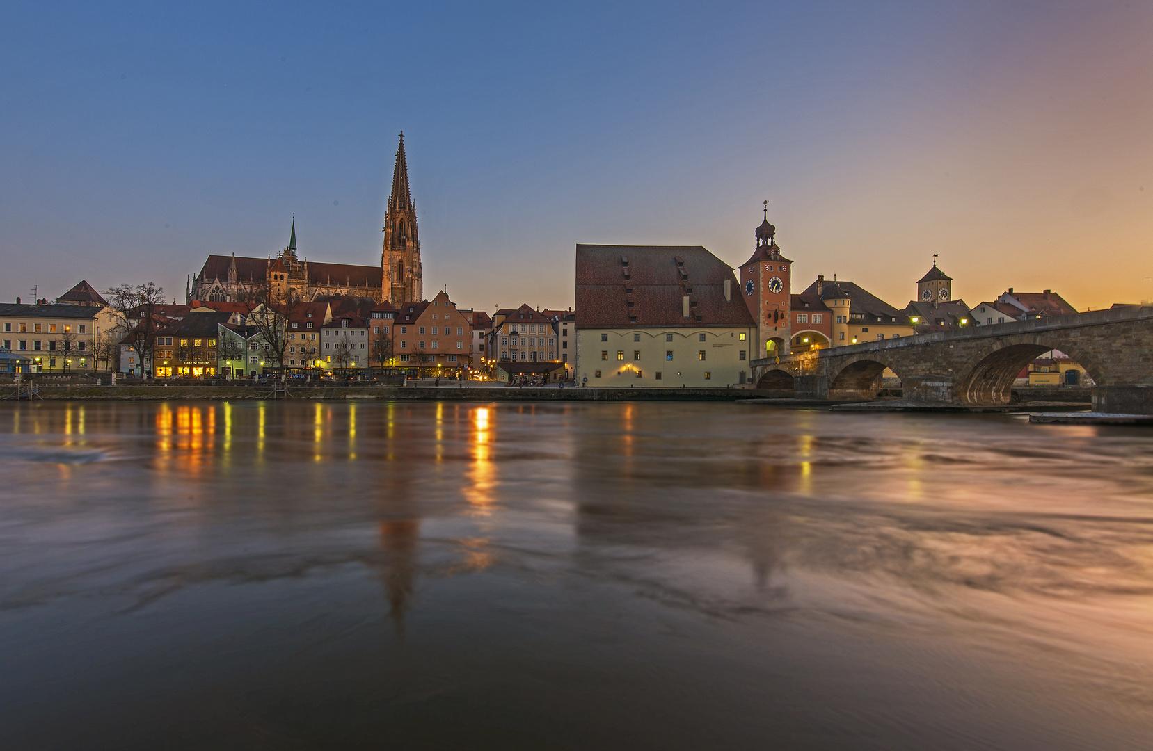 Im ersten Abendlicht - der Dom zu Regensburg