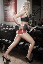 Im Fitnessstudio_ / >