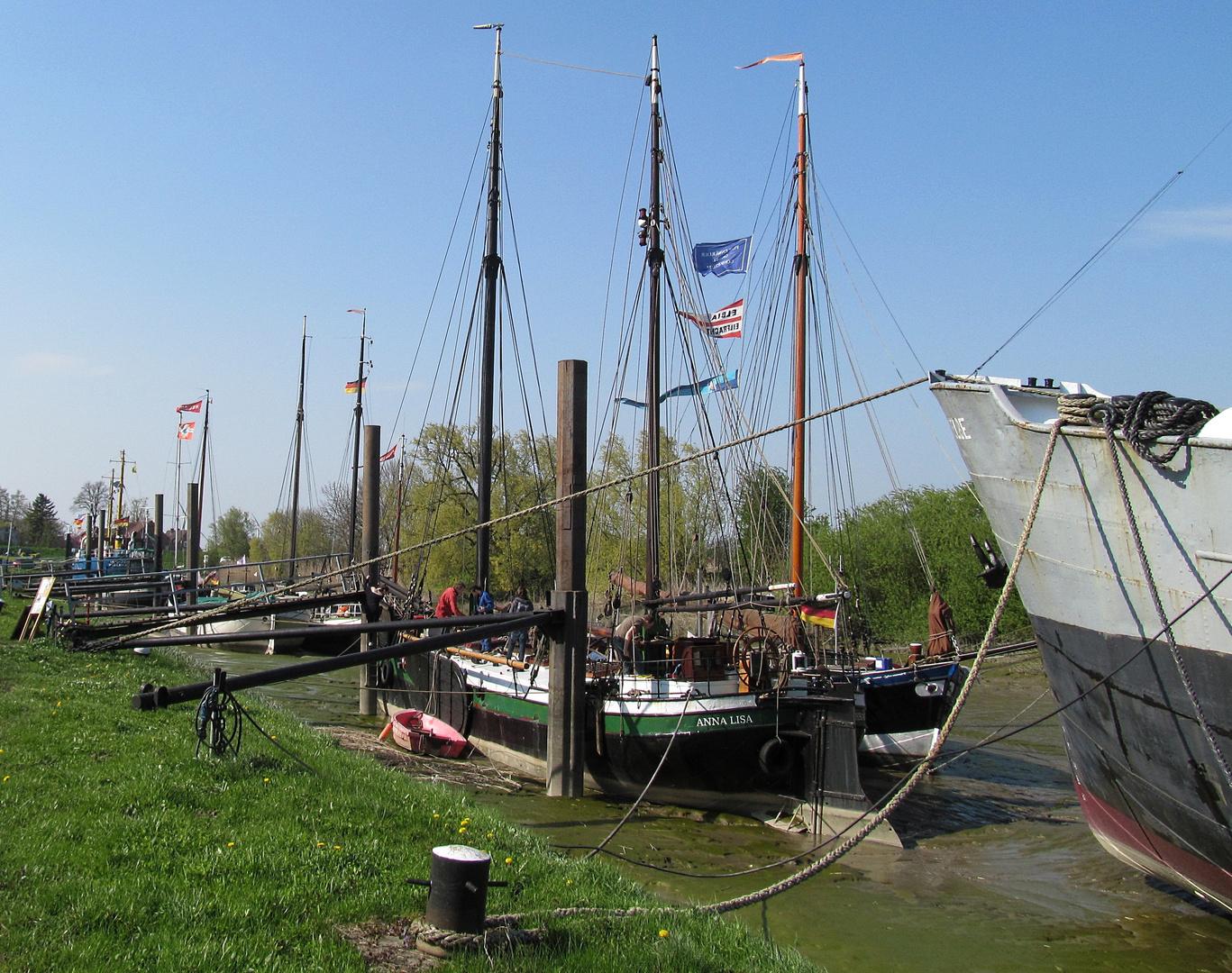 Im Hafen Wischhafen lagen heute lauter Segelschiffe im Schlick !