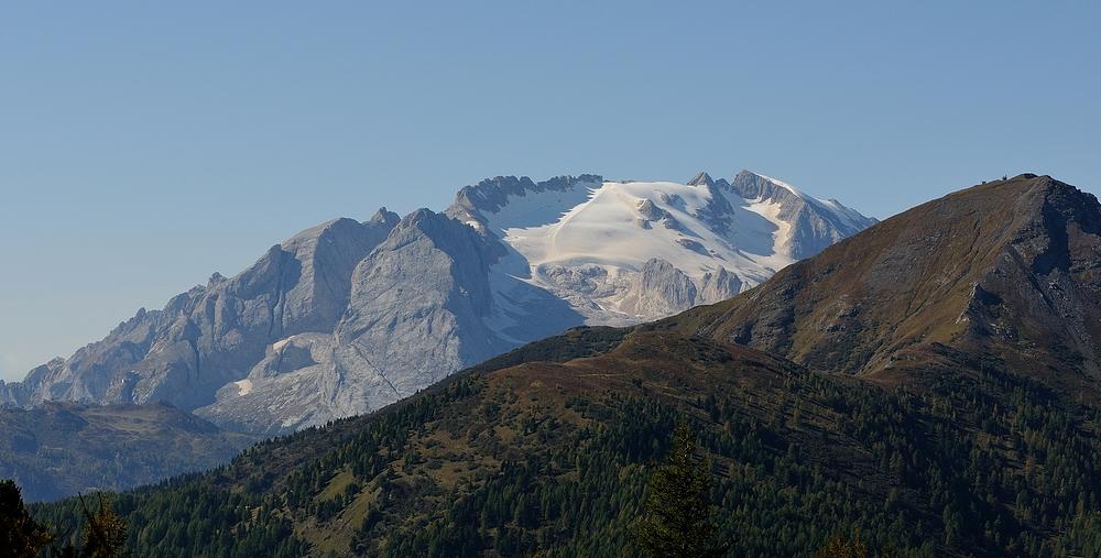 Im Hintergrund der höchste Berg der Dolomiten, die Marmolata (italienisch: Marmolada,..