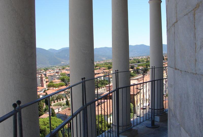 """Im Hintergund ist die """"schiefe Stadt"""" Pisa zu sehen!"""