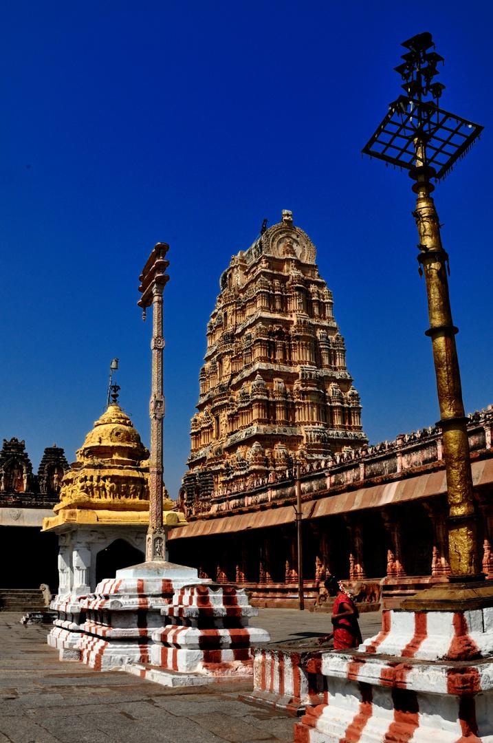 Im Innenhof des Virupaksha Tempel