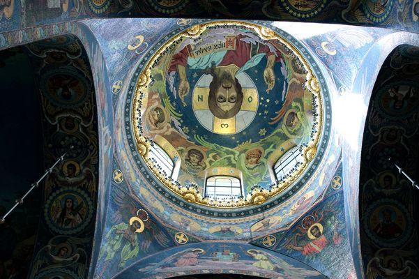 Im Inneren der Erlöser bzw. Blutskirche St. Petersburg
