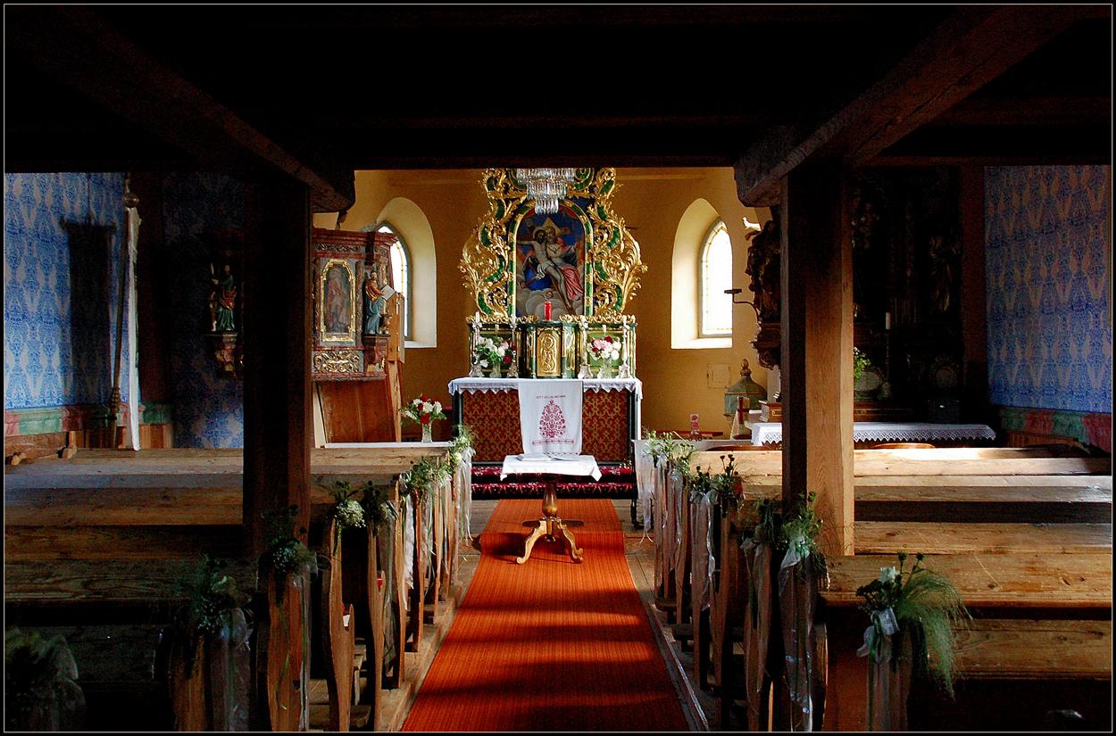 Im Inneren der Holzkirche...