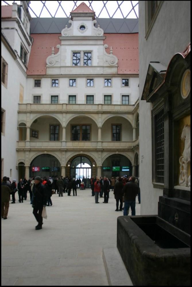 Im kleinen Schlosshof - III