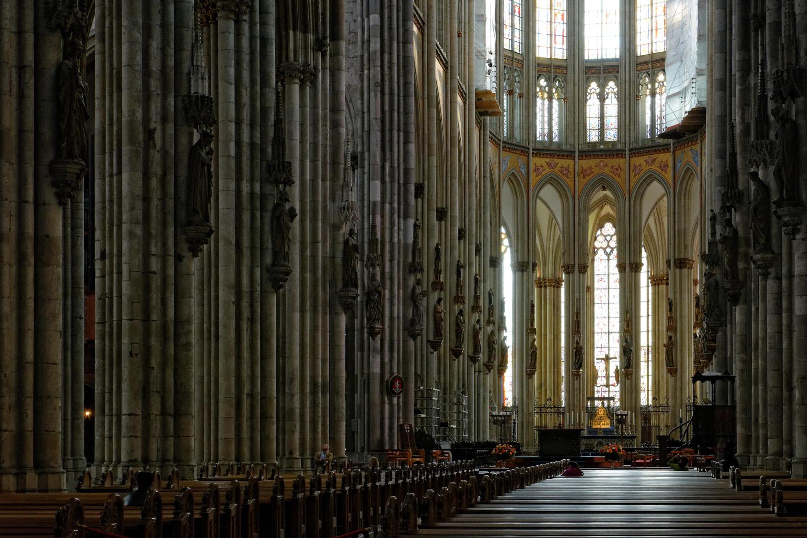 Im Kölner Dom - Bänke und Säulen