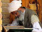im Koran vertieft