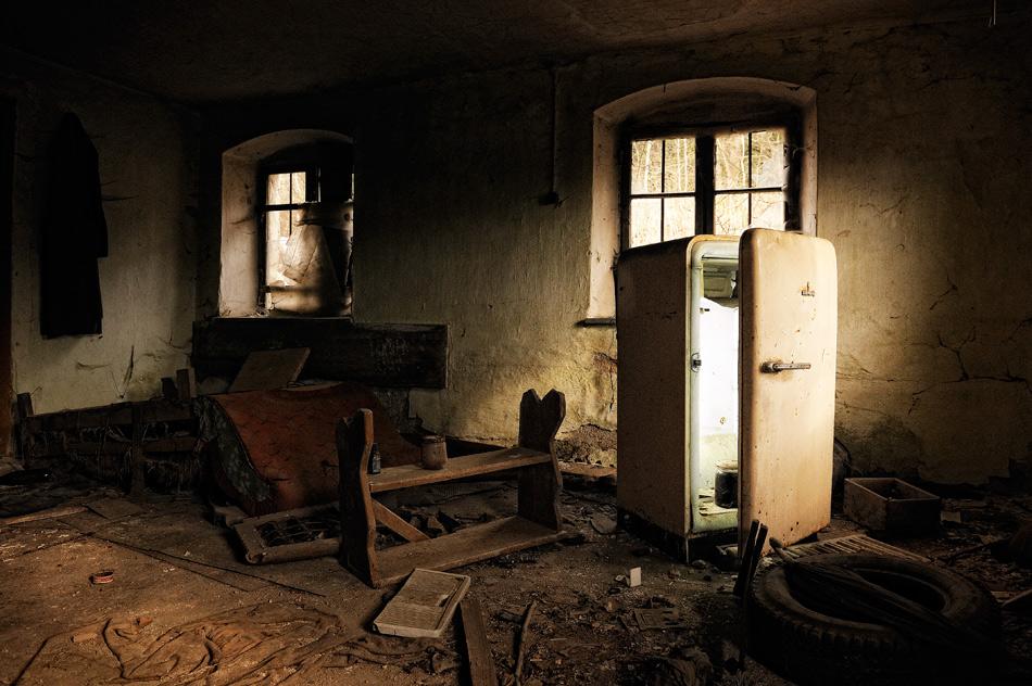im k hlschrank brennt noch licht foto bild architektur lost places motive bilder auf. Black Bedroom Furniture Sets. Home Design Ideas