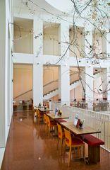 Im Kunstpalast-Foyer