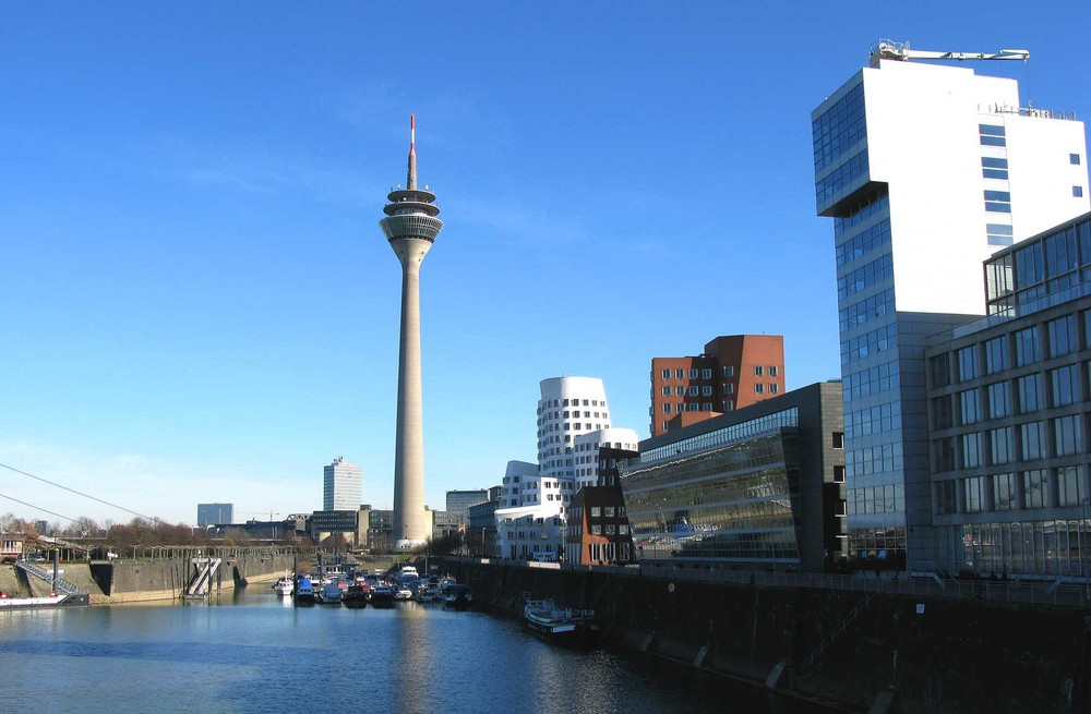 Im Medienhafen zu Düsseldorf /Blick auf den Fernsehturm Feb.2008