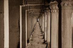 Im Säulengang von Angkor Wat