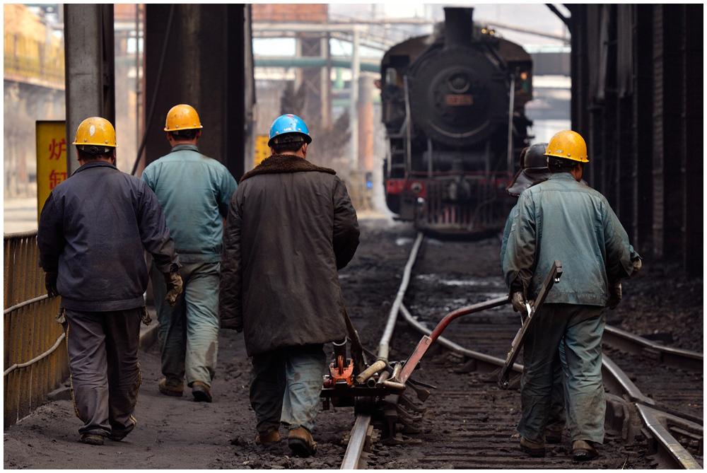 Im Stahlwerk III - Der Reparaturtrupp auf dem Heimweg