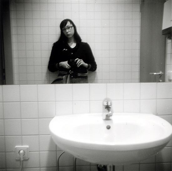 Im Stehen,im Spiegel, im Klo, im Jobcenter, Im Begriff zu gehen.