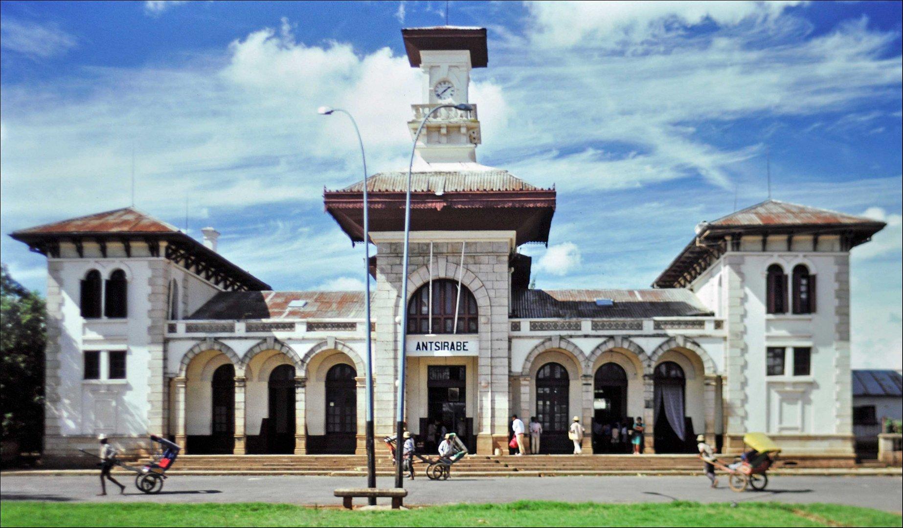 Im Visier: *Außergewöhnliche Reise* Mit dem Pousse Pousse zum Bahnhof von Antsirabe, Madagaskar
