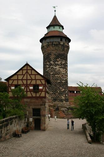 Im Vorhof der Burg II