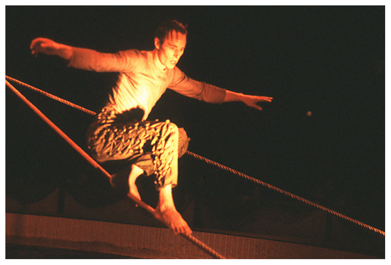 Im Zirkus: Abgang vom Seil (2)