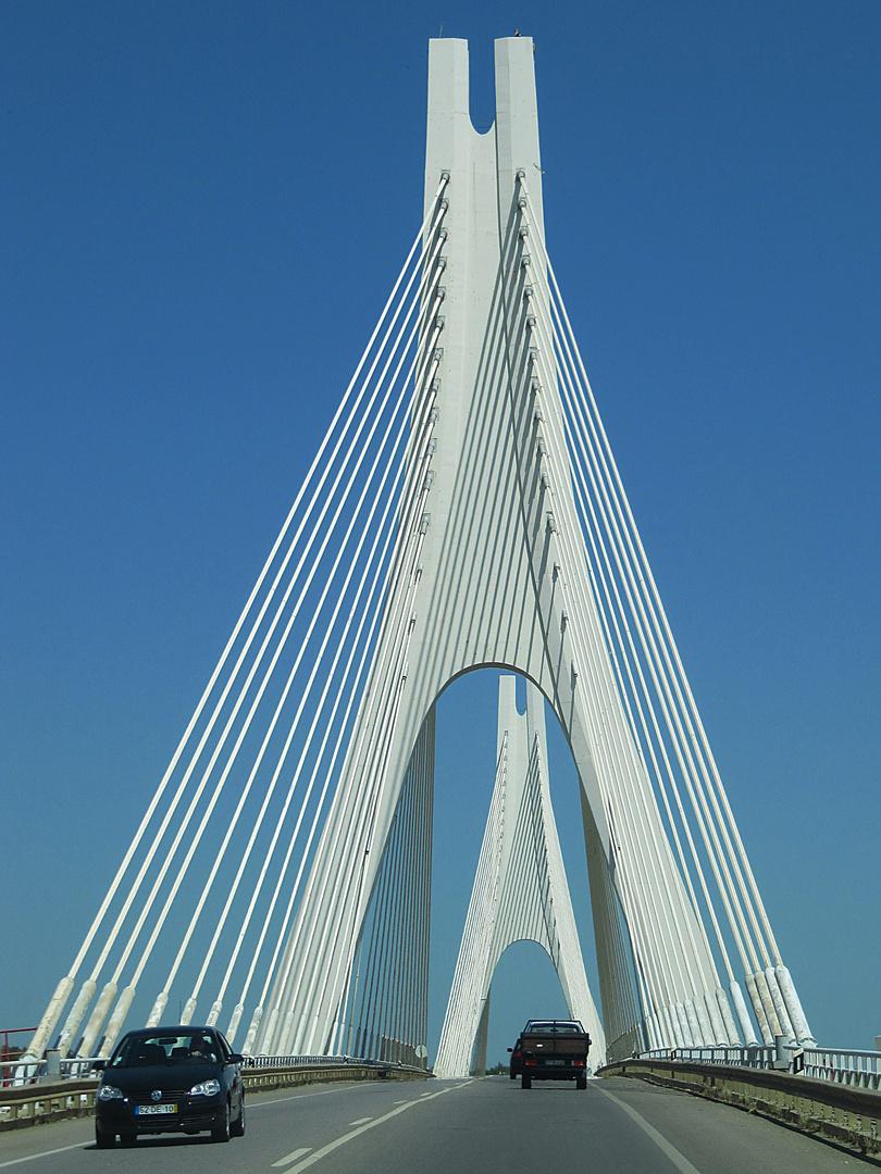 Imposante Brückenkonstruktion. Auf der IC4 (bei Lagos) entlang der Algarve.