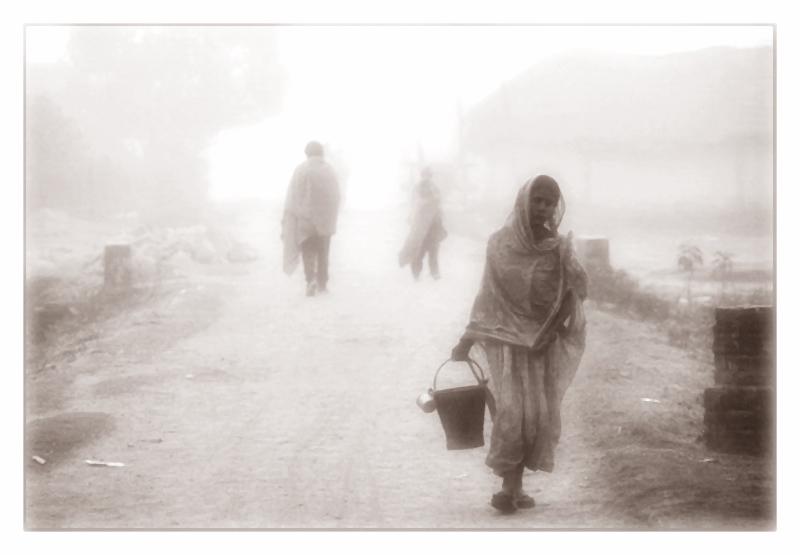 impressionen aus asien - ein nebliger und kühler morgen an der nepalesisch-indischen grenze