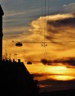in Bausch und Bogen geht die Sonne unter über der Stadt
