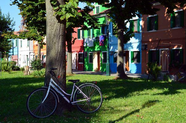 ... in bicicletta a Burano