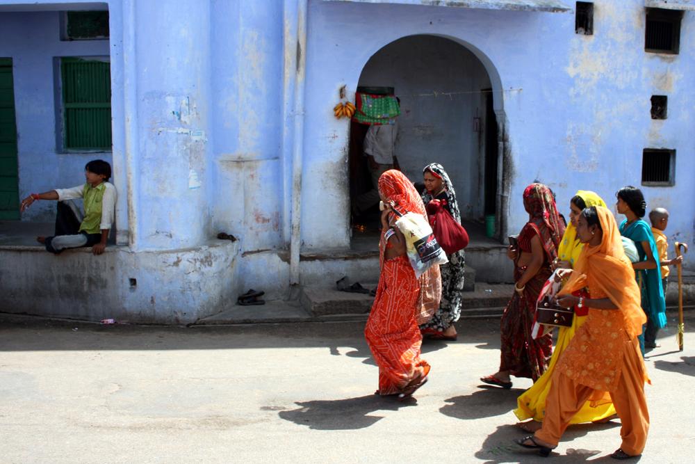 In bunten Saris auf dem Weg zum Tempel der Hindus