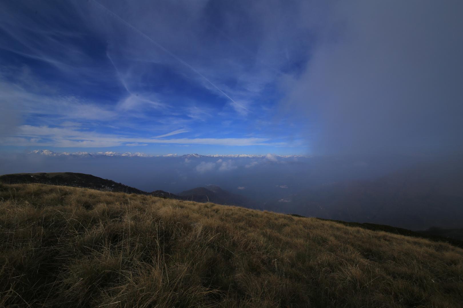 In den Tessiner Bergen zieht nach und nach der Nebel über die Grate