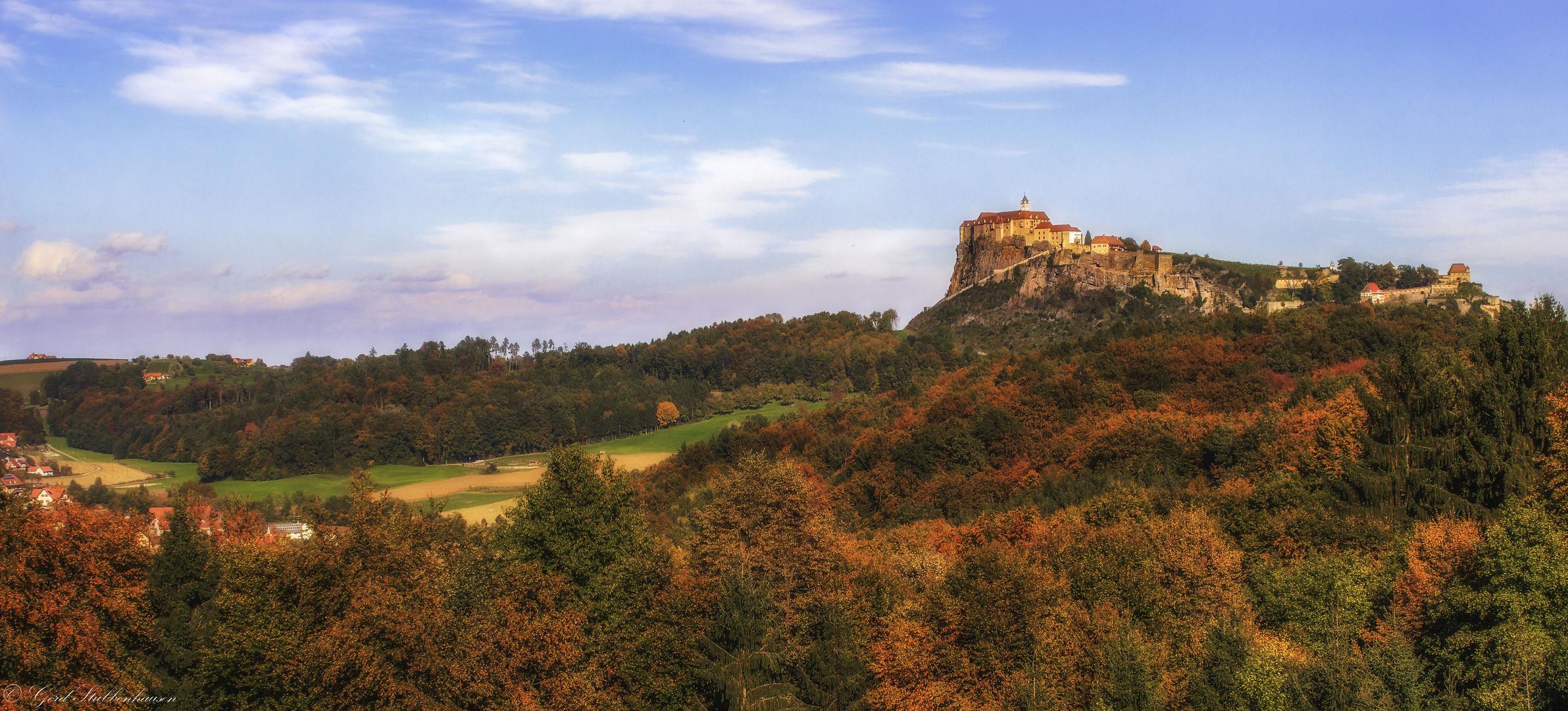 In der herbstlich Südoststeiermark mit Blick auf die Riegersburg