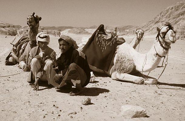 In der Wüste sitzt Mann anders.