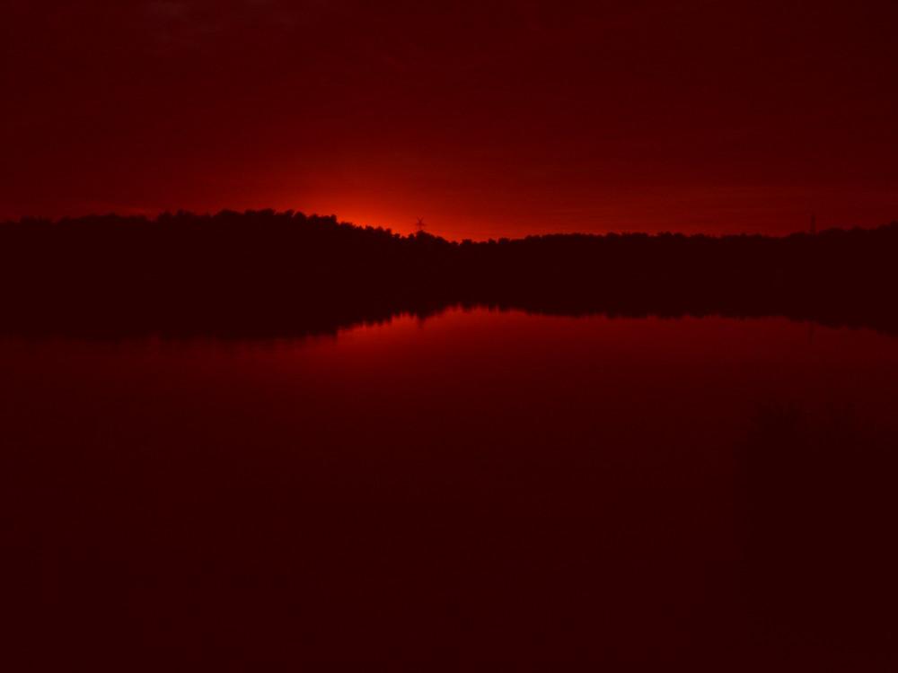 in Dunkel Rot und schwarz