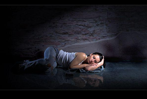 .in eine dunklen gasse sah ich eine schlafende schönheit.