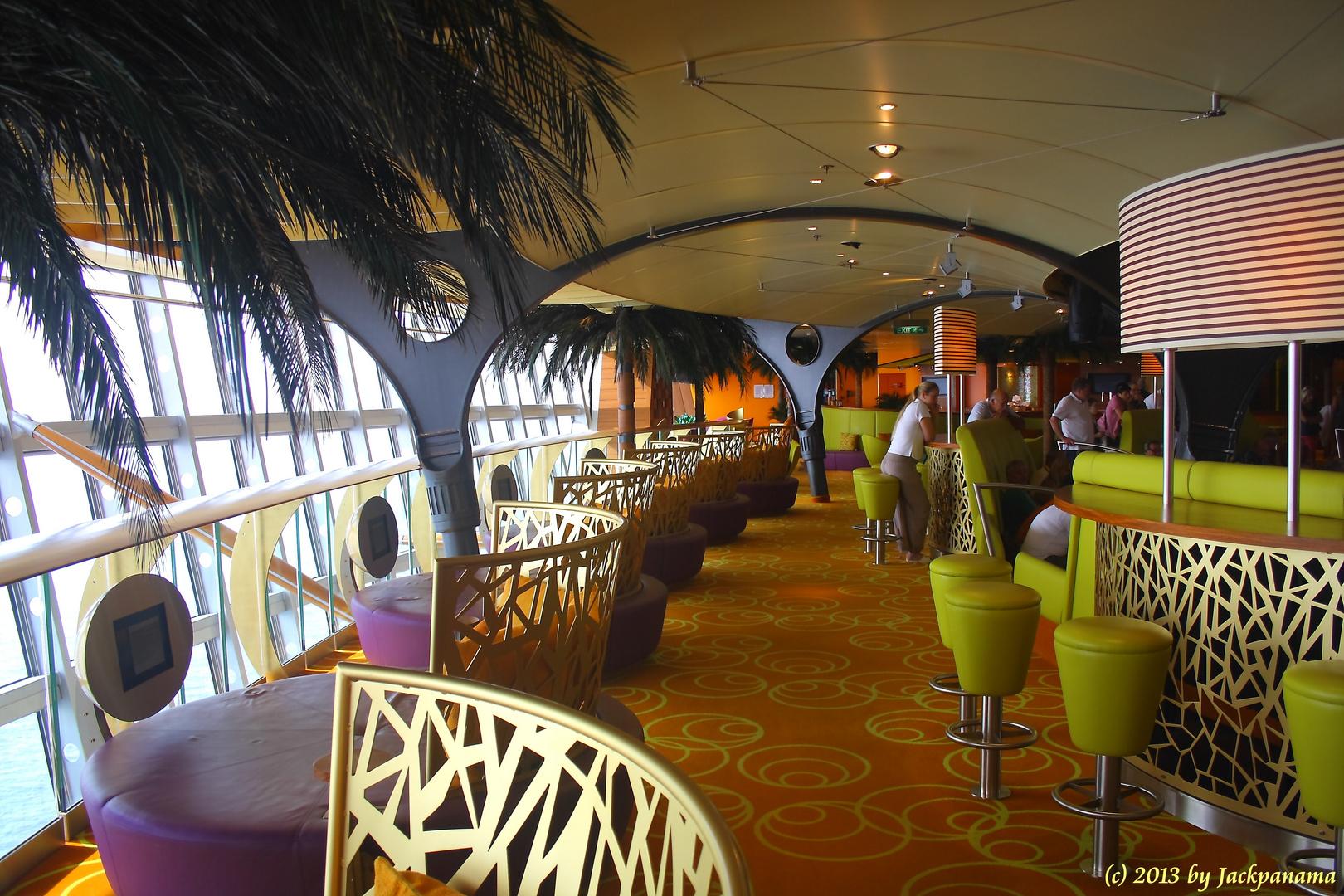 In einer der zahlreichen Bars an Bord der AIDAblu