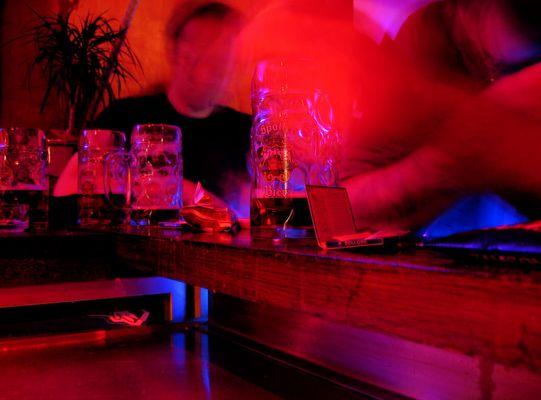 In einer wunderschönen kleinen Bar ...