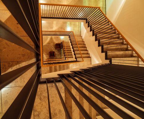 In solch einem fotogenen Treppenhaus nutzt man die Treppen auch gerne, trotz Aufzug.