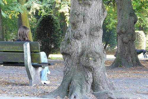 Inconnue assise sur un banc