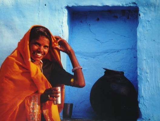 Inderin vor ihrem Haus